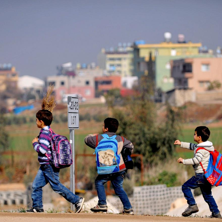 Syrian children walk on the street after their school on January 18, 2014 in Reyhanli near the town of Hatay, southern Turkey. (AFP PHOTO / OZAN KOSE)