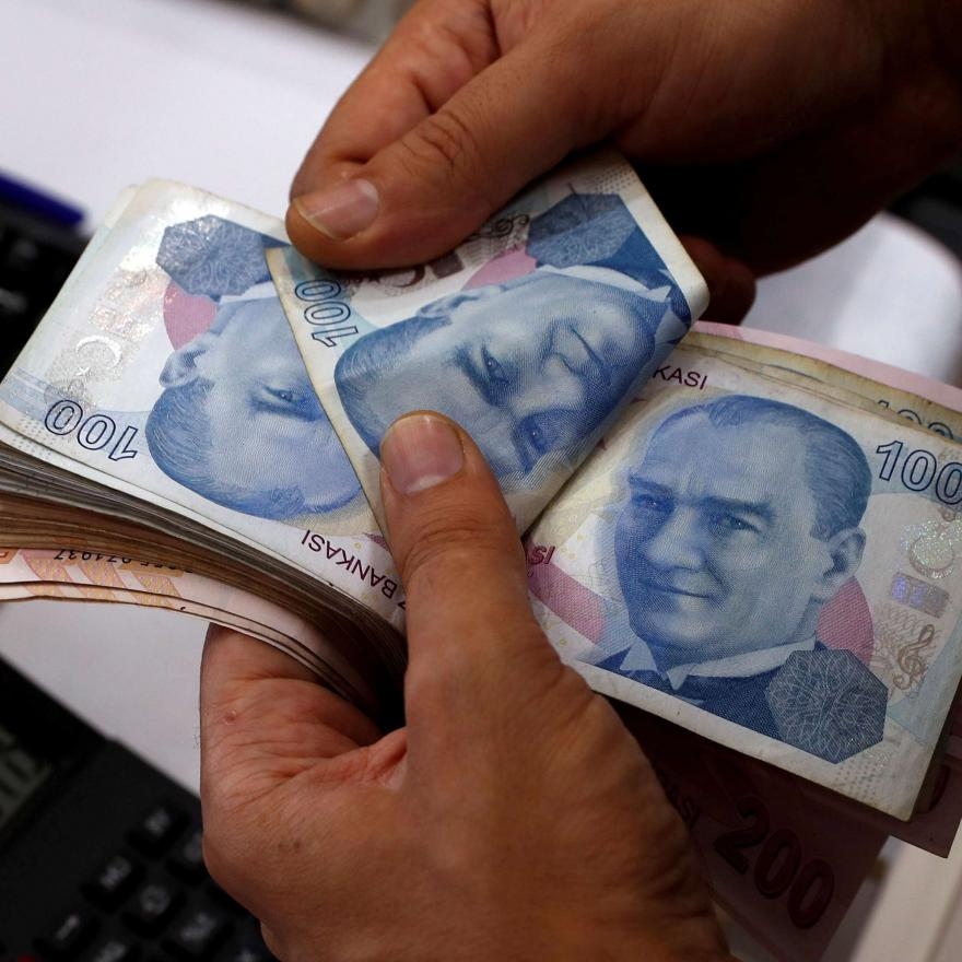 A money changer counts Turkish lira banknotes at a currency exchange office in Istanbul, Turkey August 2, 2018. Picture taken August 2, 2018. REUTERS/Murad Sezer/