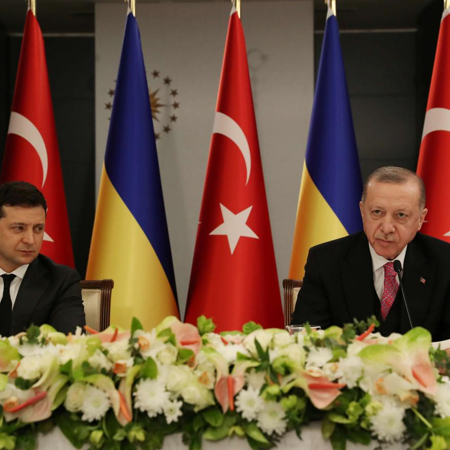 Turkish President Tayyip Erdogan and Ukraine's President Volodymyr Zelenskiy attend a joint news conference in Istanbul, Turkey, April 10, 2021. Murat Cetinmuhurdar/Presidential Press Office/Handout via REUTERS)